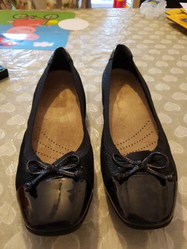 Zapatillas Glow ancho Patent con Rebajas Candra Clarks para planas Bow ajuste Trim mujer Toe AxnSTq0wC