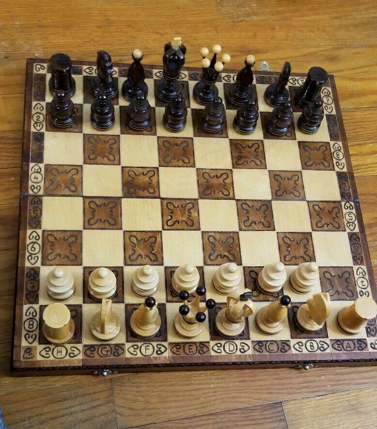 非常に美しい手作りの木のマッチングステッチチェスボックスを設定します。