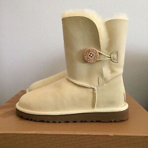 UGG Womens 5 (Youth 3 Bailey Button