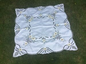 VINTAGE-EMBROIDERED-SQUARE-TABLECLOTH-DETAILED-CLOTH-FLOWERS-OPEN-CUT-WORK