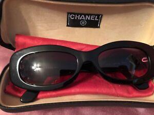 3e083797c6 Genuine CHANEL Negro Gafas de sol y Estuche CC/logotipos de Camelia ...