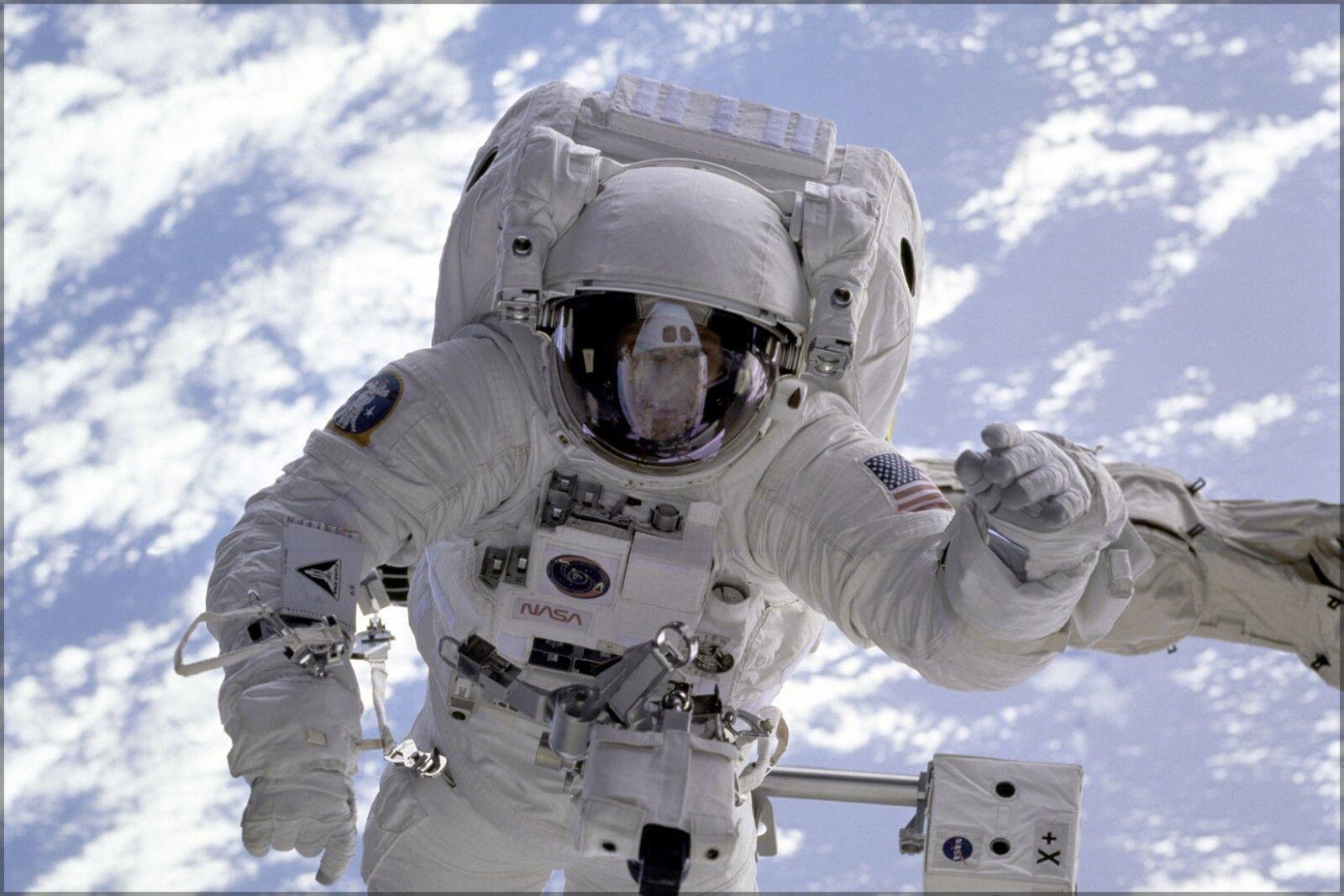 Plakat, Viele Größen; Astronaut Befestigt an Raum Shuttle ENDEAVOUR'S Roboterarm