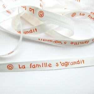 RUBAN - LA FAMILLE S'AGRANDIT -TEXTE ORANGE SUR RUBAN COTON BLANC 10mm x 1m