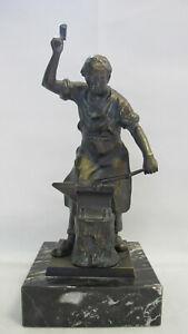 Sehr-schoene-und-massive-Bronzefigur-034-Schmied-mit-Amboss-034-auf-Marmorsockel