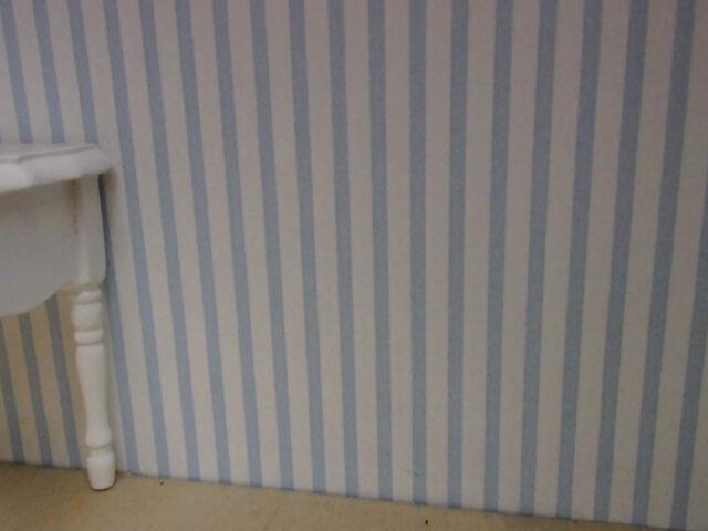 Hellblau-weiß,schmal  gestreifte TAPETE,ideal für PUPPENSTUBE Bogen:30x53cm