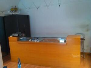 Arredamento negozio usato bancone vetrine ciliegio massello