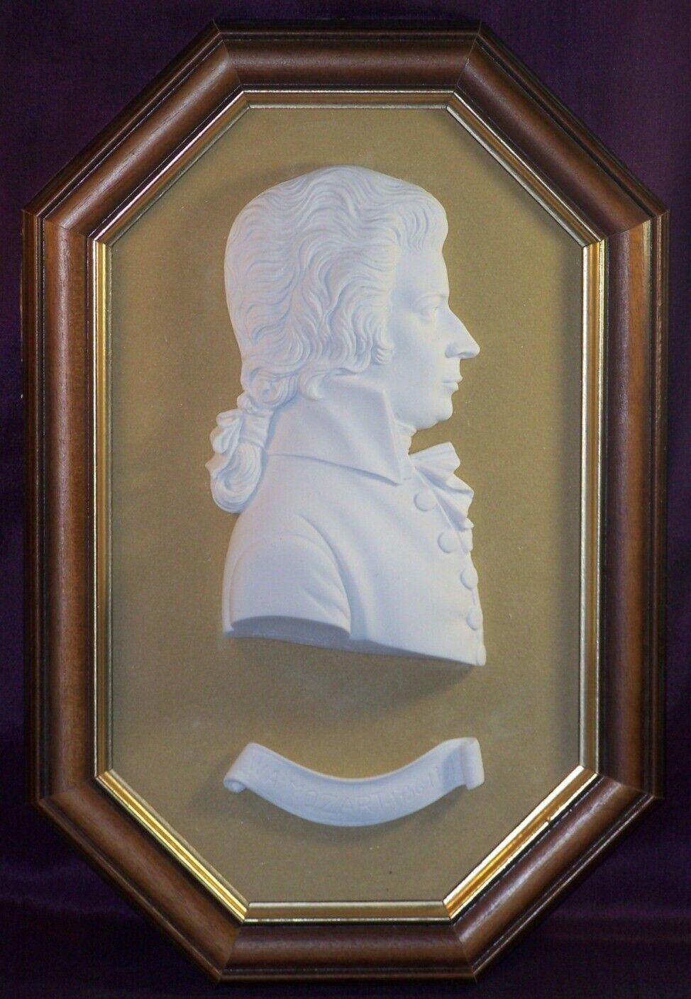 Bas relief mural Wolfgang Amadeus Mozart en Albâtre dans cadre en bois 35,5 cm