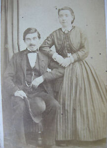 Photographie-ancienne-couple-1900-CDV-costume-mode-Photographe-Courtheoux-Paris