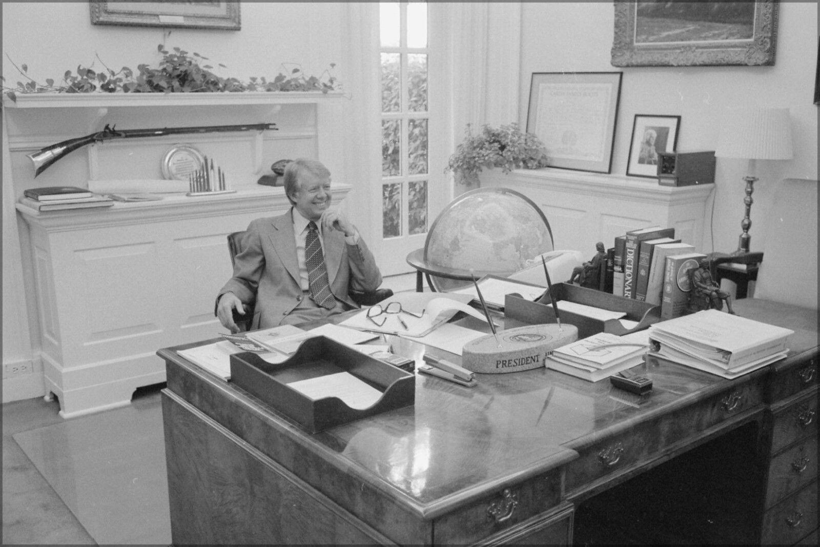 Plakat, Viele Größen; Jimmy Carter bei His Schreibtisch in Private Untersuchung