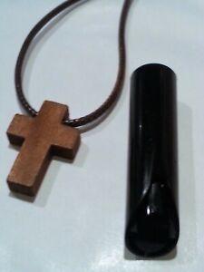 eaf6b3c1ad9 La imagen se está cargando Colgante-pequena-cruz-madera-color-marron-con- cordon-