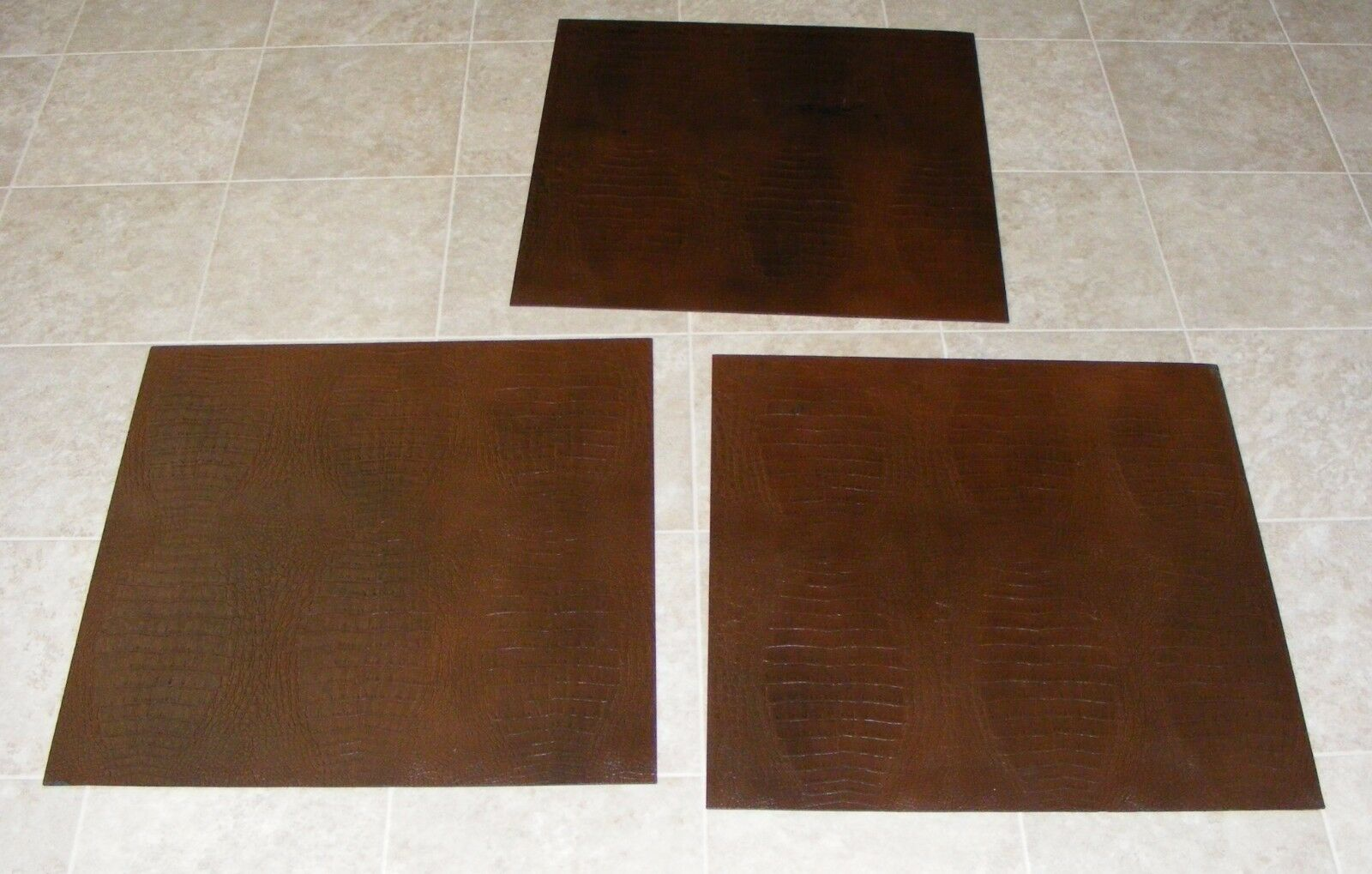 (TSAC7067) 3 Damaged Robus rot braun Gator Print Synthetic Leather Floor Tile