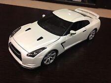 2009 Nissan GTR Pearl White 1/18 Diecast. Model by Bburago