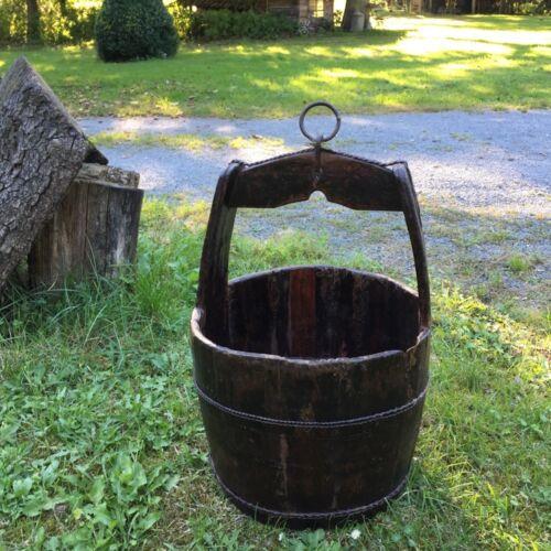 Mittelalterlicher Holzeimer für Brunnen aus Holz mit Eisenring
