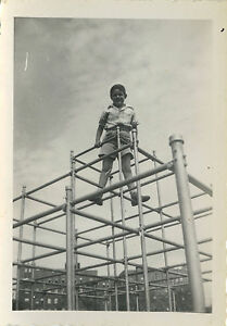 photo ancienne vintage snapshot enfant jeu cage. Black Bedroom Furniture Sets. Home Design Ideas