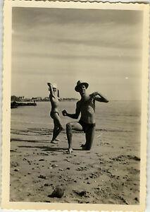 Photo Ancienne Vintage Snapshot Homme Plage Maillot Bain Blague Drole Beach Ebay
