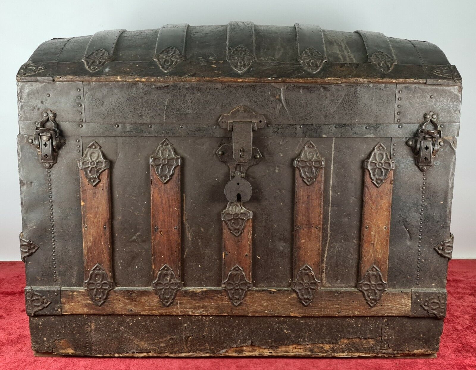 PORTMANTEAU. WOOD COVERED IN METAL ENGRAVED WITH FLORAL PATTERNS. XIX CENTURY.
