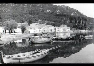 BENITSES-CORFOU-GRECE-BARQUES-de-PECHEUR-aux-VILLAS-animees-en-1954