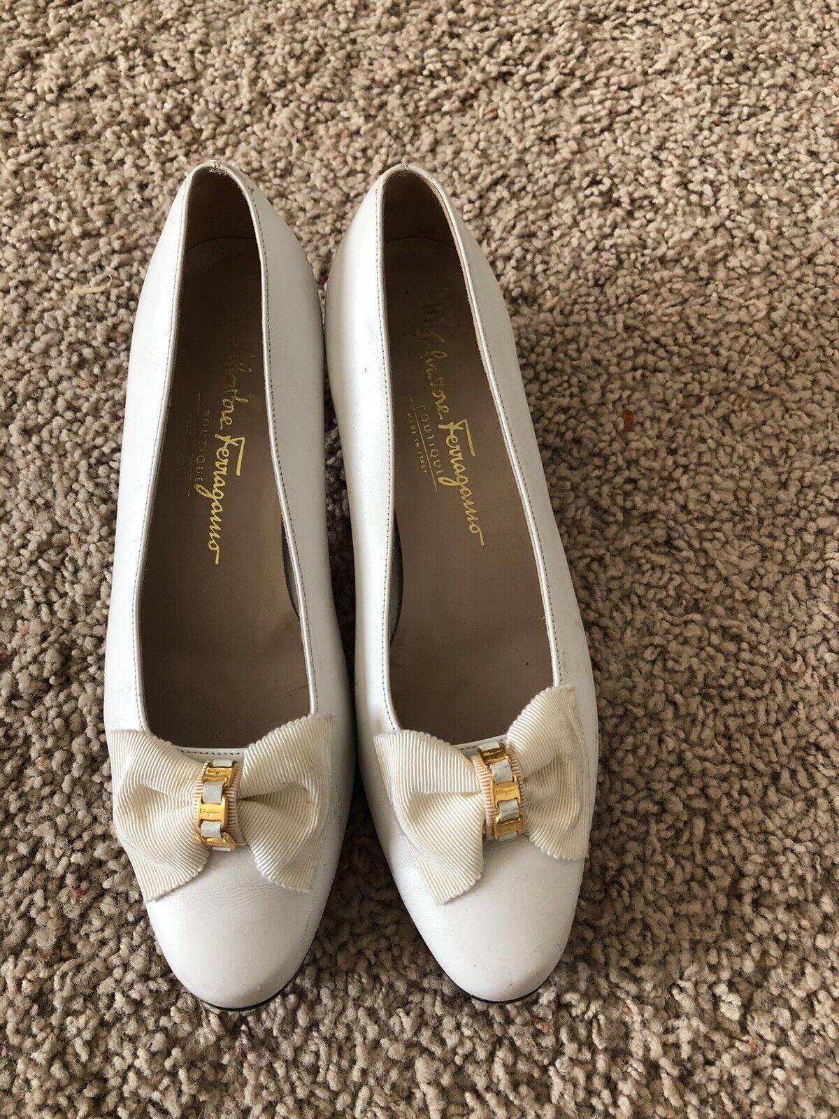 Salvatore Ferragamo Größe 9 Vintage Short Heels Weiß Gold Bow Leather