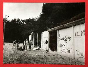 Original Gross Foto MAUER Grenze 1990 Typen an der Mauer     ( F15244
