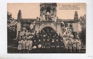 Carte-postale-MADAGASCAR-Les-seminaristes-malgaches-tombeau-des-Missionnaires
