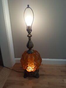 Vintage-EF-amp-EF-Mid-Century-Hollywood-Regency-Amber-Crackle-Table-Lamp-lit-base