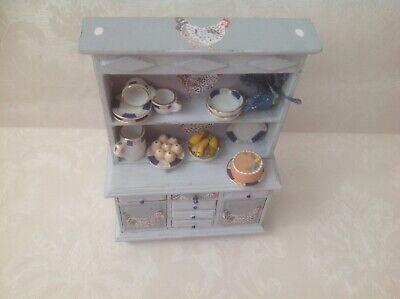 1/12 Dolls House Upstyled Shabby Chic Look Cucina Credenza Con Accessori-mostra Il Titolo Originale Asciugare Senza Stirare
