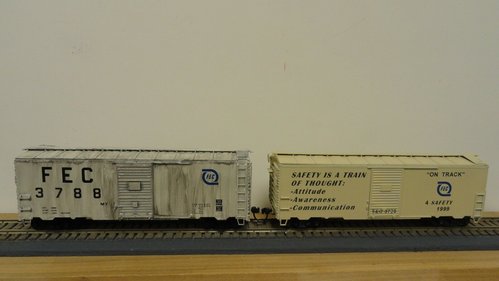 Accurail HO JF076, two F.E.C. unique custom 40' steel boxcars. NOB.