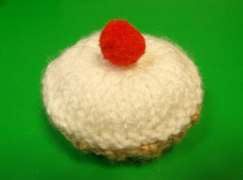 KNITTING PATTERN FOR A CHRISTMAS CHERRY BAKEWELL CAKE