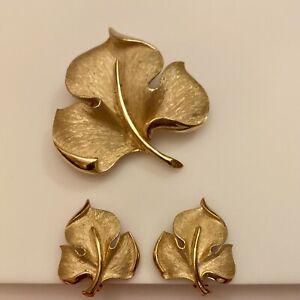 Elegant Vtg Crown Trifari Gold Tone Leaf Brooch /& Clip Earrings wBlack Enamel