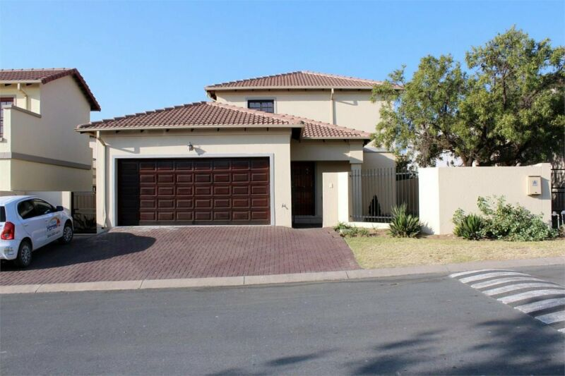 LARGE FAMILY HOME IN A WELL MAINTAINED SECURE ESTATE.