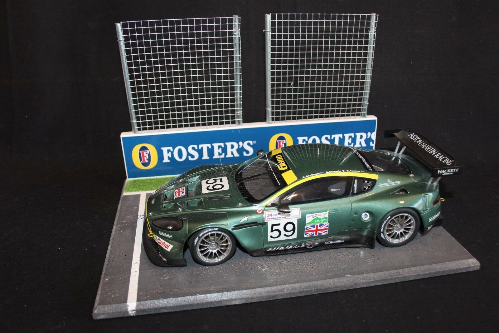 QSP Diorama 1 18 Starting grid with wall and 2 high fences (Foster's)
