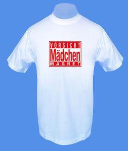 Maenner-Herren-T-Shirt-Vorsicht-Maedchenmagnet-move2be-S-M-L-XL-weiss-bedruckt