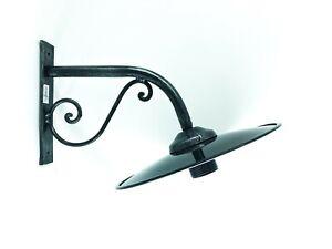 Lampada-da-parete-esterno-in-ferro-battuto-con-piatto-smaltato-bianco-e-nero
