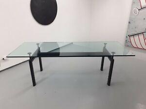 Table-LC6-Le-Corbusier-avec-plateau-en-verre-et-pietement-en-metal