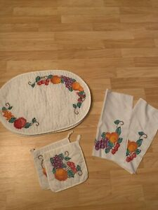 VTG-4-Embroidered-fruit-Placemats-W-Matching-Pot-Holders-And-2-Cloth-Napkins