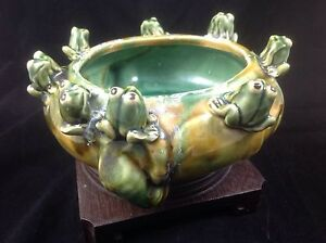 Vtg Green & Golden Planter With 8 Adorable Frogs Surrounding The Edge @ 8""