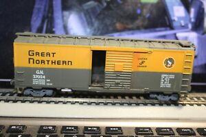 great-northern-g-n-27024-walthers-40-foot-box-car-rtr-built-CAR-1-87-ho-kadees