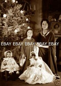 1920-039-s-CHRISTMAS-TREE-MOTHER-AND-DAUGHTER-WITH-SANTA-CLAUS-TOY-DOLLS-DOLL-PHOTO