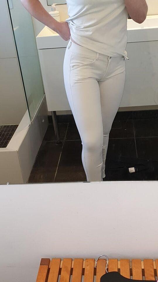 Stævnejakke, stævnejakke, hvidebukser og skjorte