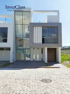 Hermosa Residencia en Venta en exclusivo coto con alberca en Solares, con vista al Lago.