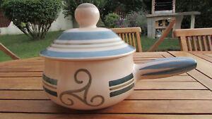 Poêlon breton / Caquelon en céramique de Quimper - France - EBay Polon avec son couvercle en céramique de Quimper, aux couleurs de la Bretagne : - Diamtre sur sa partie la plus large : 20cm - Hauteur sans couvercle : 11cm et avec couvercle : 20cm - Longueur avec manche : 32cm Marqué : Gourin / Trickell  - France