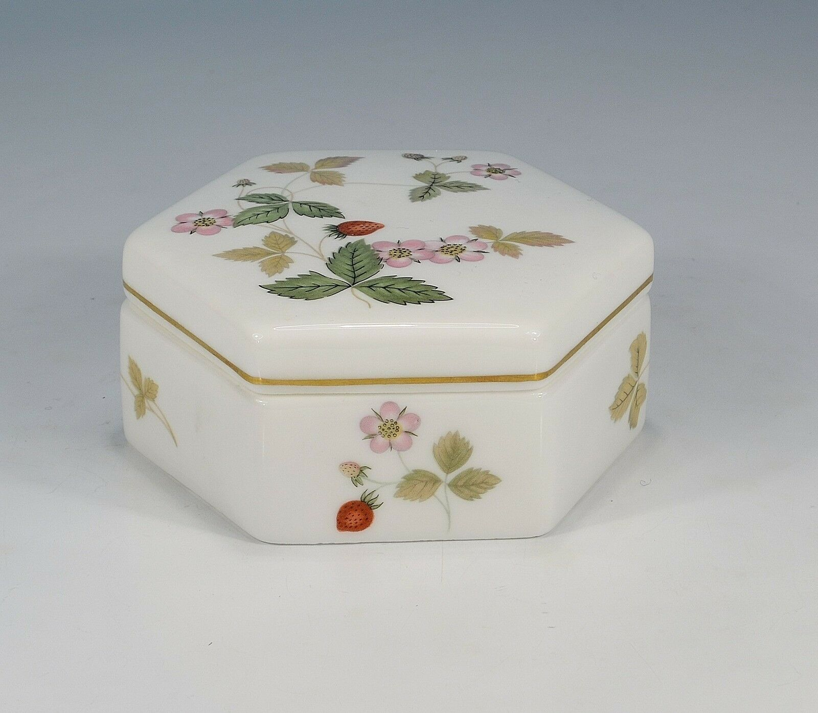 Wedgwood   Wild Strawberry   Can with Lid