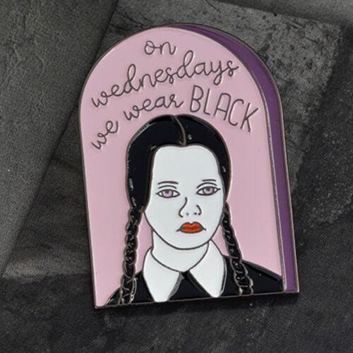 Miércoles Addams Familia usando Negro Chaqueta Broche Pin Unisex Casual Bolsa De Regalo