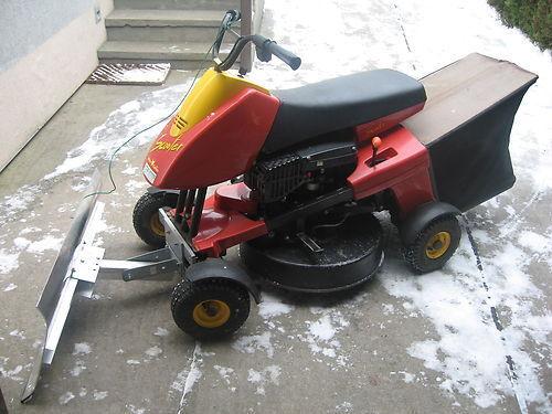 Schneeschild zum Anbau für einen Rasentraktor