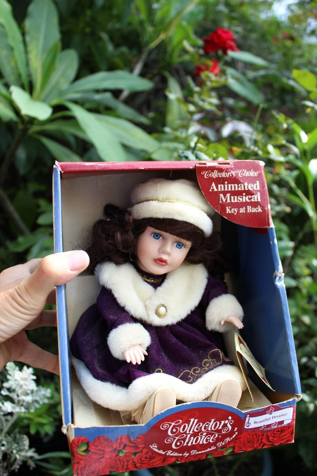 """Collectible Collectible Collectible Fine Bisque Porcelain Musical bambola """"Collectors Choice"""" in winter fur cf9a3b"""