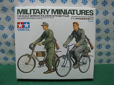 Vintage - German Soldier With Bicycles - 1/35 Tamiya 35240