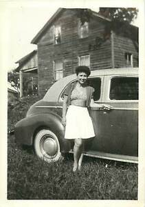 YOUNG-WOMAN-WITH-CAR-1940-039-S-FARM-HOUSE-Old-Photo-B-amp-W-Photo-3-5x5