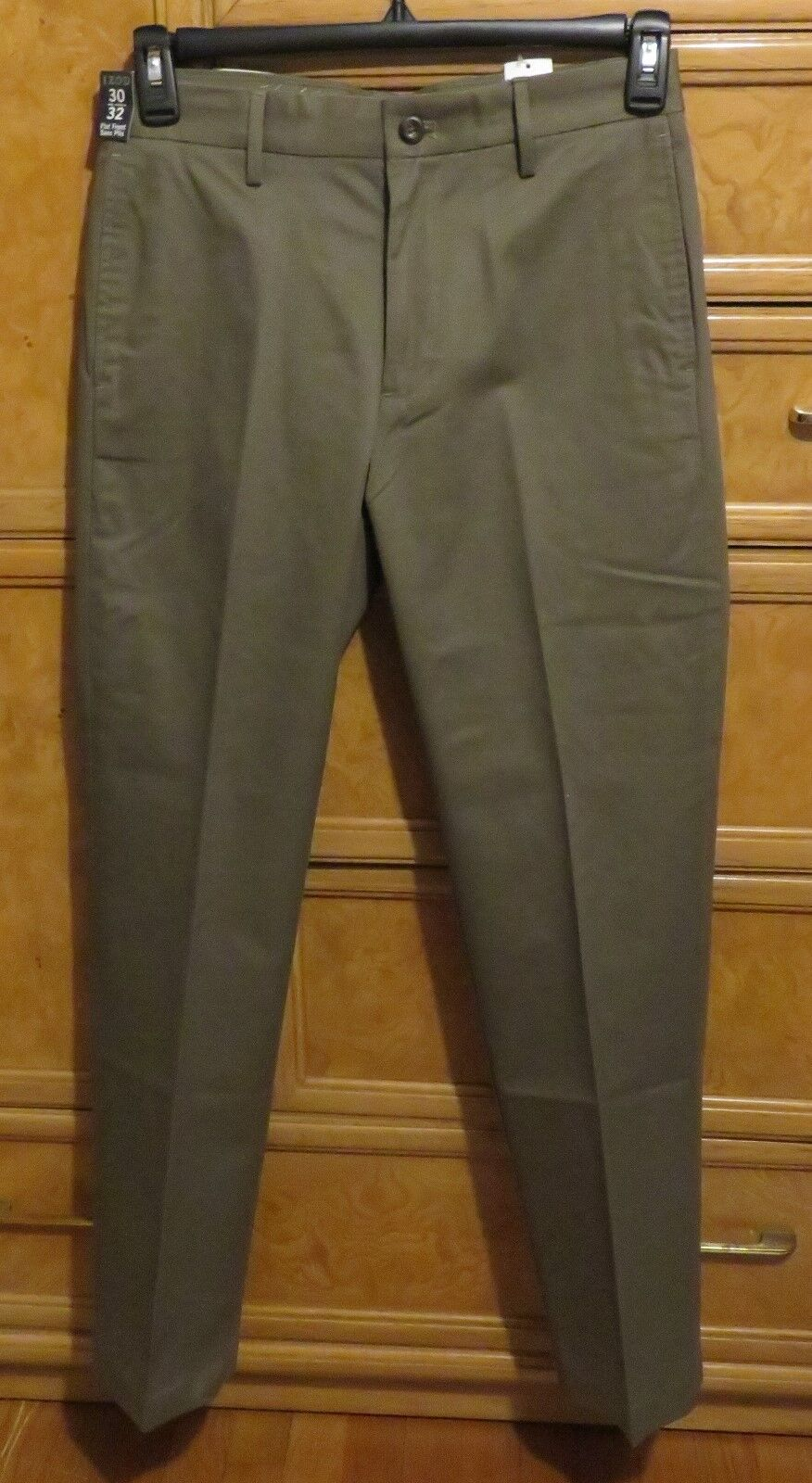 Men's IZOD Khaki pants no iron slim fit size 30 x 32 brand new NWT