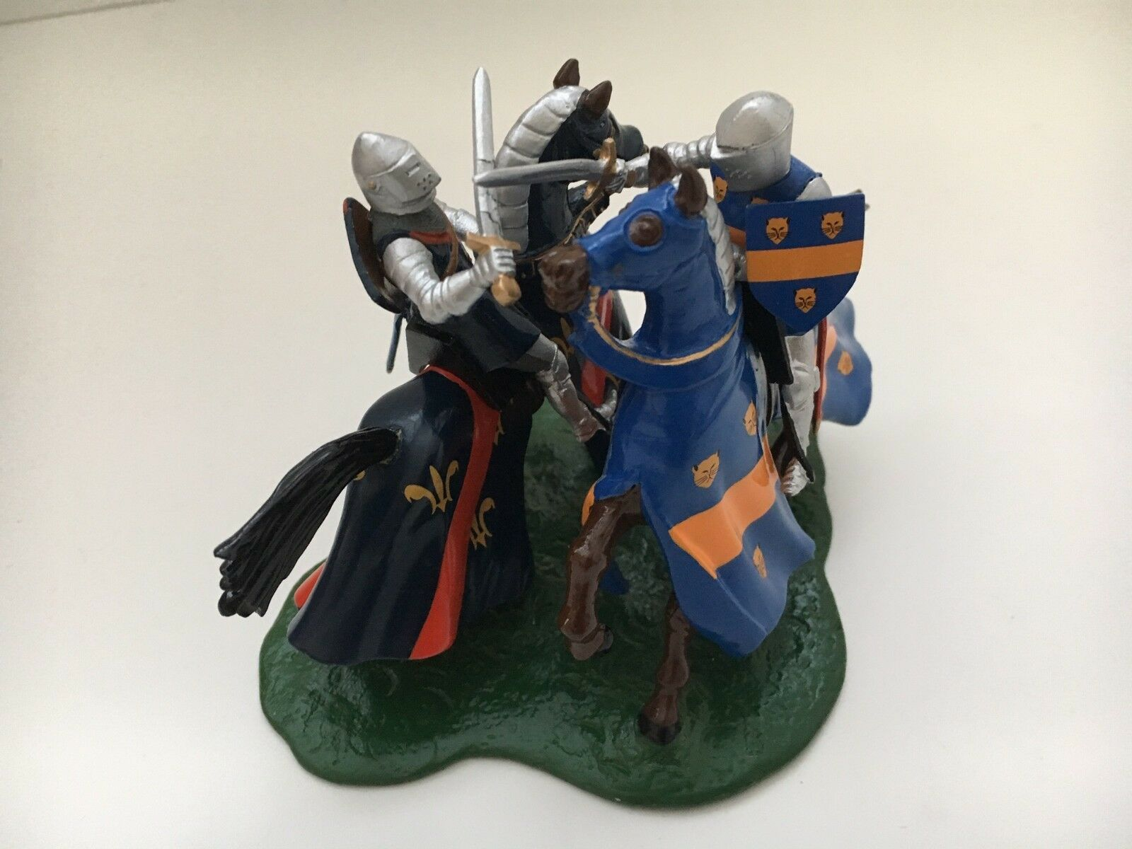 BRITAINS 40240 EARL OF SUFFOLK & DUC DE BOURBON KNIGHTS DUELLING MOUNTED