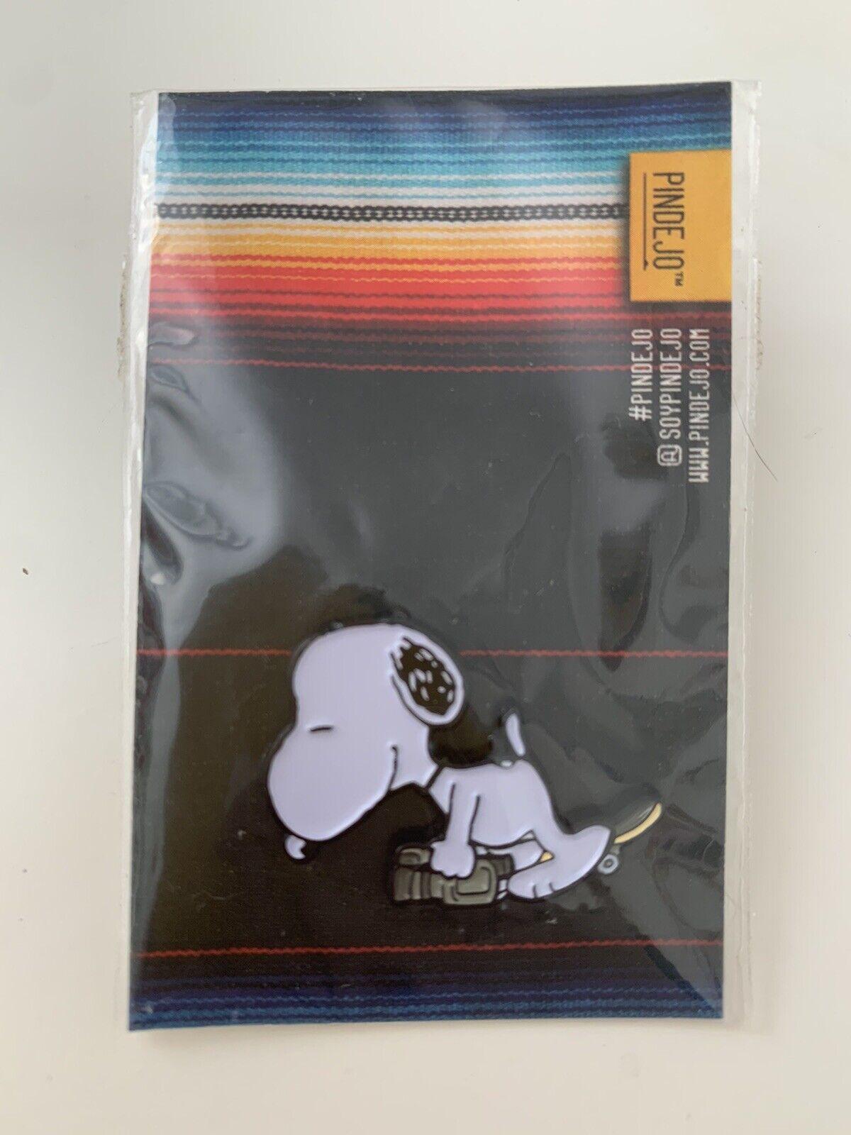 Pindejo VX1000 Snoopy by EliStrator Pin Badge Peanuts